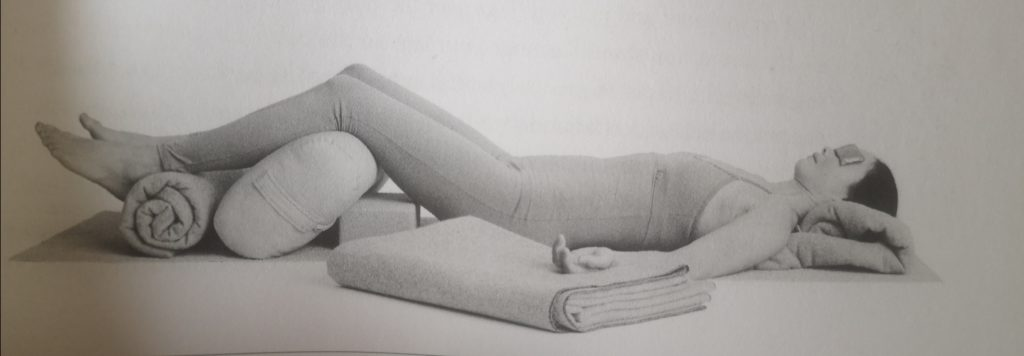 "Photo tirée du livre ""Restore and rebalance, Yoga for Deep Relaxation"", Judith Hanson Lasater"